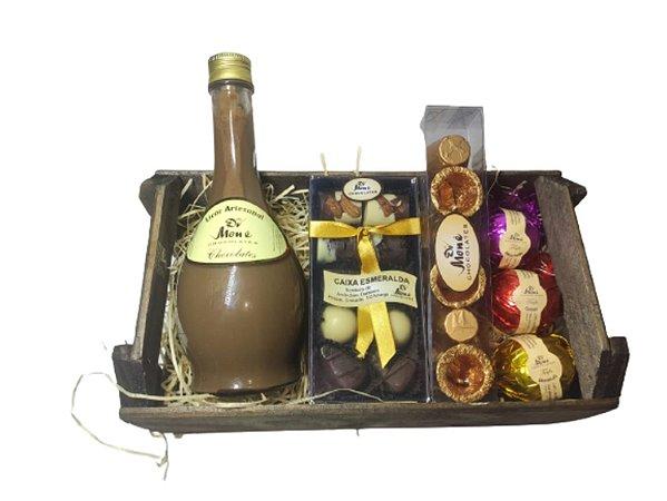 Caixote de Presente com Chocolates e Garrafa de Licor