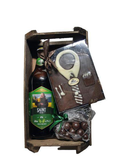 Caixote de madeira com cerveja e chocolate