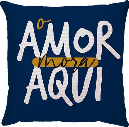 CAPA ALMOFADA O AMOR MORA AQUI MARINHO/MOSTARDA
