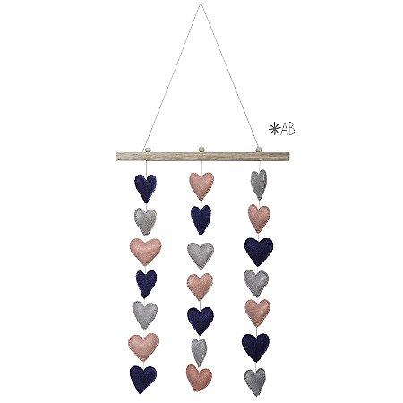 Móbile de parede com corações de feltro combinação rosa, azul marinho e cinza
