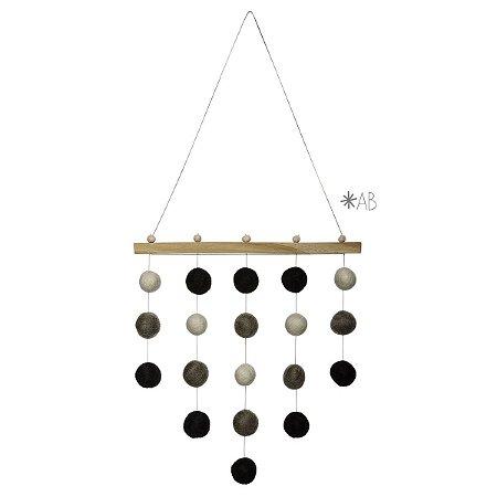 Móbile de parede com bolinhas de feltro combinação preto, cinza e branco