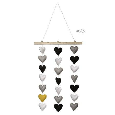 Móbile de parede com corações de feltro combinação amarelo, preto e cinza