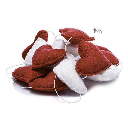 Guirlanda de Corações de Feltro Vermelhos e Brancos