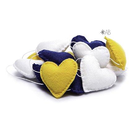 Guirlanda de Corações de Feltro Azul, Amarelo e Branco para decoração de quartos e festas infantis