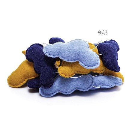Guirlanda de Nuvens de Feltro Azul Claro, Azul Marinho e Amarelo para decoração de quartos e festas infantis
