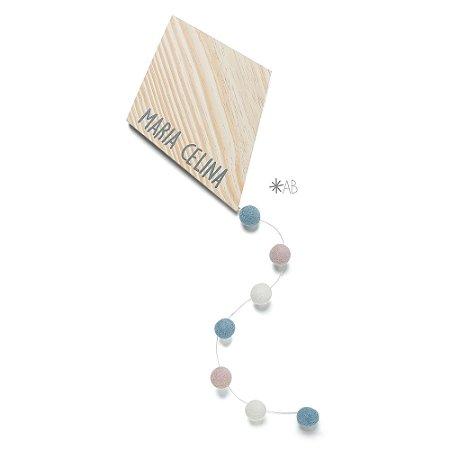 Pipa de madeira com cauda de bolinhas de feltro