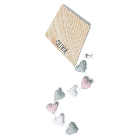 Pipa de madeira com cauda de corações de feltro para decorar quartos e enfeitar portas de maternidade