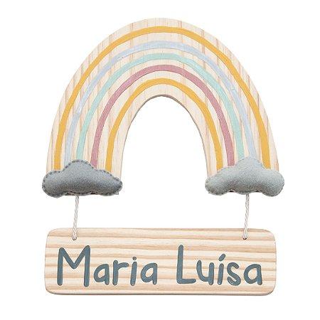 Arco-íris com plaquinha de madeira pendurada