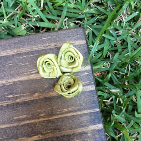 Mini rosas de cetim verde para decorar placas para casamento e festas