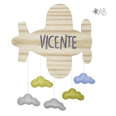 Avião de madeira com nuvens de feltro para enfeitar porta de maternidade