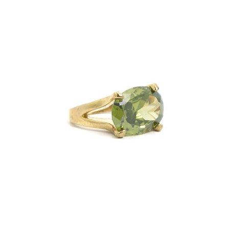 Anel Dourado com Pedra Oval Verde