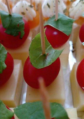 Palito de queijo, tomate e rúcula