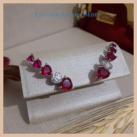 Ear Cuff Com Degradê de Corações Rubi e Zircônia Cristal - Banho Ródio Branco - Semijoia de Luxo