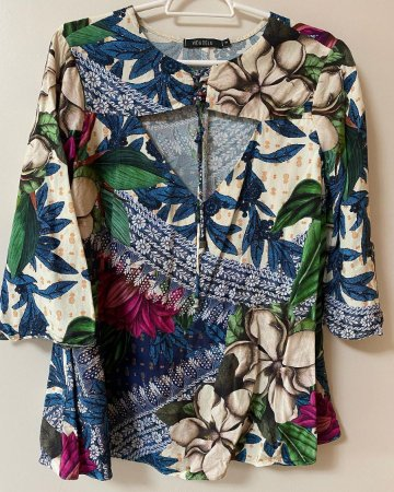Blusa Detalhe Decote na Frente