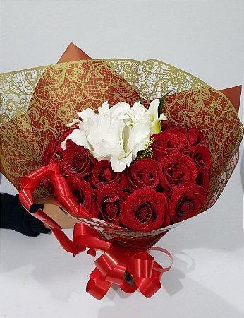 Buquê de 24 Rosas mais Lírio Branco ao Centro