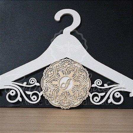 Cabide com Mandala Pintado Personalizado com com as Iniciais dos Noivos Casamento ou Debutante