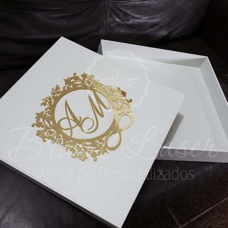 1 Caixa para Álbum de Casamento Premium Branca com Brasão em Acrílico Dourado - tamanho 36,4cm x 36,4cm x 5,5cm Personalizada