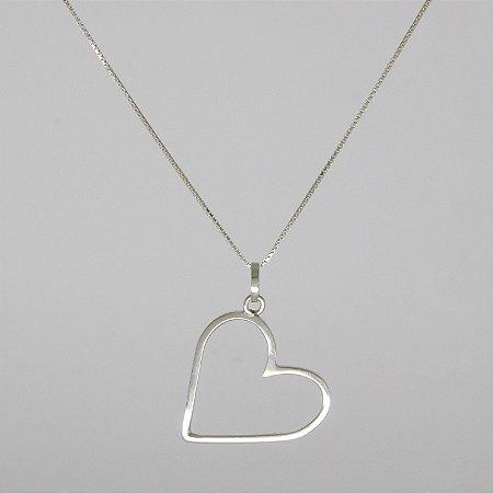 Colar de prata com pingente de coração grande.