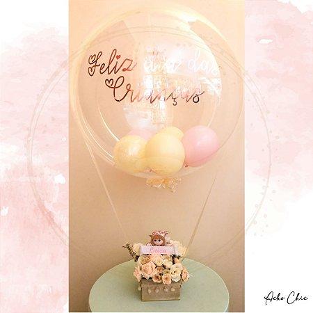 Balão personalizado com boneca segurando o nome