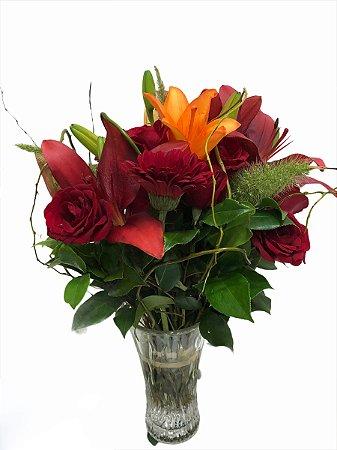 Jarra de lírios, rosas e gérberas