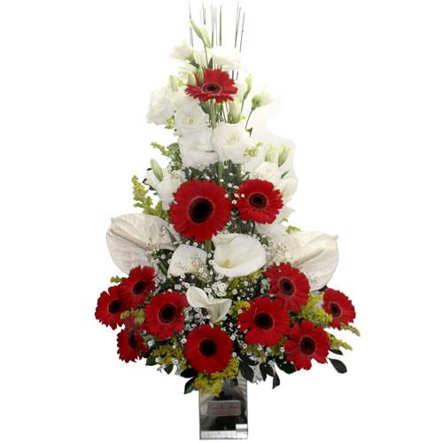Ikebana vermelha e branca na base de vidro