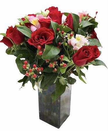 Jarra de rosas com astromelias