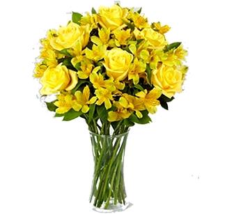 Jarra de astromelia amarela com rosas