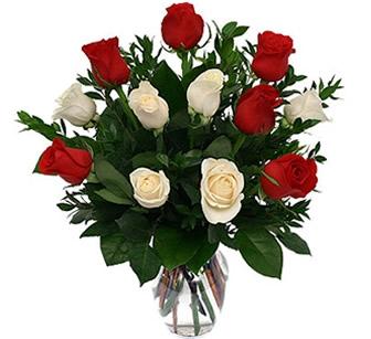 Jarra de vidro rosas vermelhas e brancas