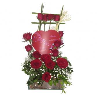 Arranjo De Rosas Com Coração De Chocolate