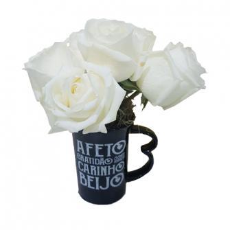 Rosas brancas na caneca