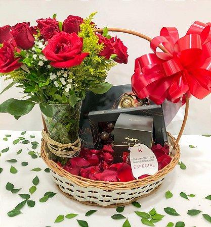 Cesta de chocolate com jarra de rosas vermelhas
