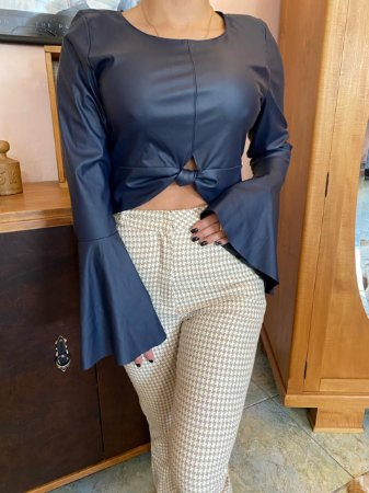 Cropped couro ecológico + calça alfaiataria