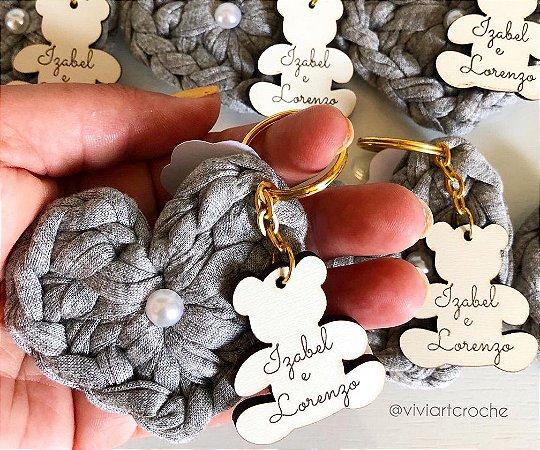 Chaveirinhos em crochê com pingente gravado - 20 unidades