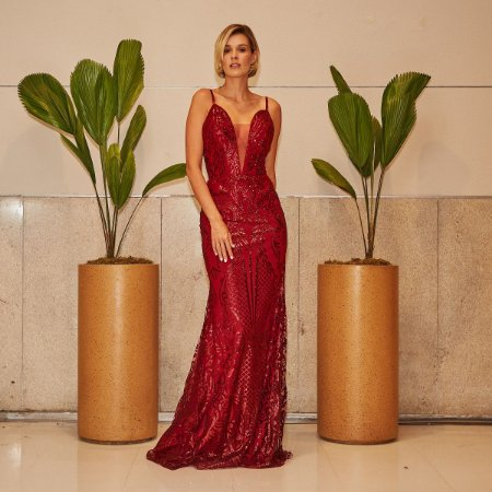 Vestido longo vermelho brilhoso com decote
