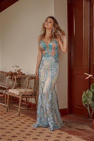 Vestido longo azul serenity e nude com aplicações e bordados
