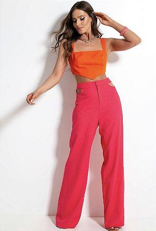 Calça com modelagem pantalona, detalhe vazado estilo