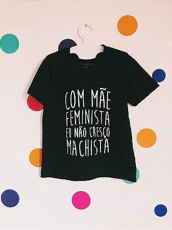 """CAMISETA INFANTIL """"COM MÃE FEMINISTA NÃO CRESÇO MACHISTA"""""""