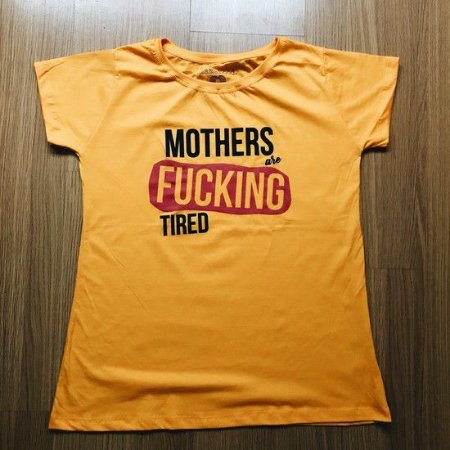 """CAMISETA """"MOTHERS ARE FUCKING TIRED"""" AMARELO OURO"""