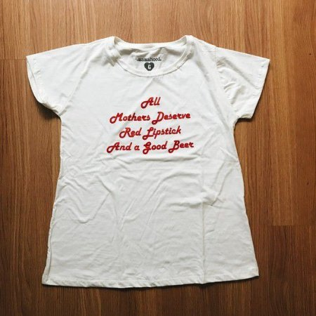 "CAMISETA ""ALL MOTHERS DESERVE RED LIPSTICK AND A GOOD BEER"" CREME"
