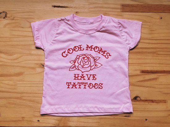 """CAMISETA INFANTIL """"COOL MOMS HAVE TATTOOS"""" ROSA"""