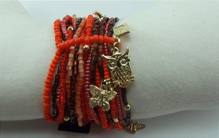 Pulseira de Miçangas Importadas e Vidrilhos Coral Vermelho e Marrom com Pingentes em Metal Banho em Ouro AntiAlérgico