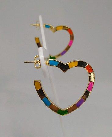 Brinco de argola 2cm de coração colorido  folheado a ouro 18k