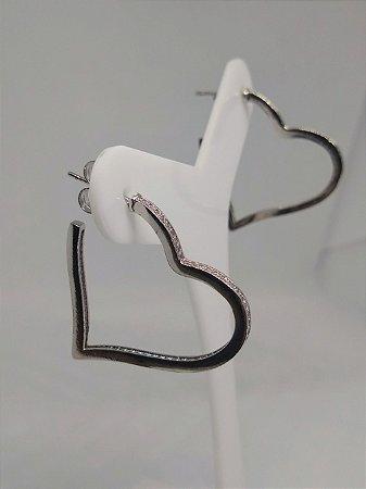 Brinco de argola 3cm de coração cravejado com micro zirconias folheado ródio