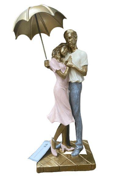 Casal Decorativo com Guarda Chuva em Resina