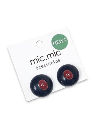 Brinco botão marinha detalhe vermelho resina