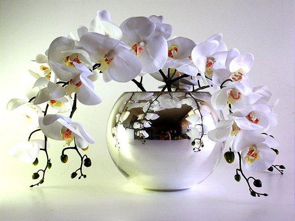 Arranjo de 3 Orquídeas Brancas de Silicone em Vaso de Vidro Cromado Tipo Aquário