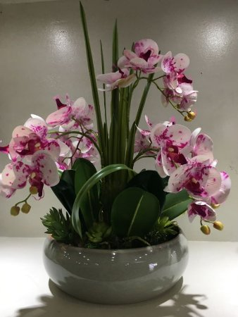 Arranjo de Orquideas de Silicone Branca e Rosa + Folhagens com Vaso de cerâmica