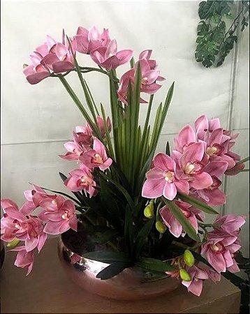 Arranjo de Orquídeas de Silicone rosa + Folhagens com Vaso Cromado de Vidro Rosé