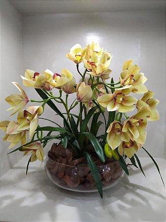 Arranjo Artificial de Orquídeas Amarelas  + Folhagens com Vaso de vidro