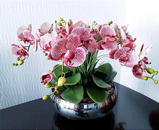 Arranjo com 4 orquídeas rosas de slicone + folhagens e vaso de vidro cromado prata